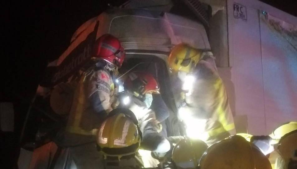 Els Bombers han resctata un dels conductors que estava atrapat a la cabina.