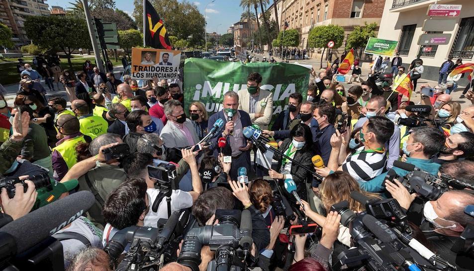 El secretari general de Vox atenent als mitjans abans d'iniciar la marxa de protesta a Múrcia.