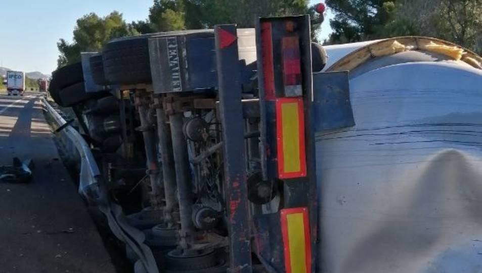 Imatge del camió bolcat.