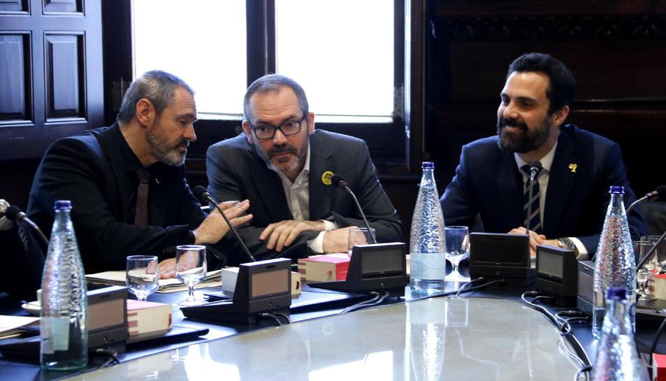 Pla mitjà del president del Parlament, Roger Torrent, amb el vicepresident, Josep Costa, i el diputat de JxCat Eusebi Campdepadrós.