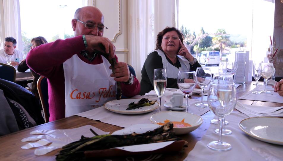Pla general d'un client menjant calçots en un restaurant de Valls.