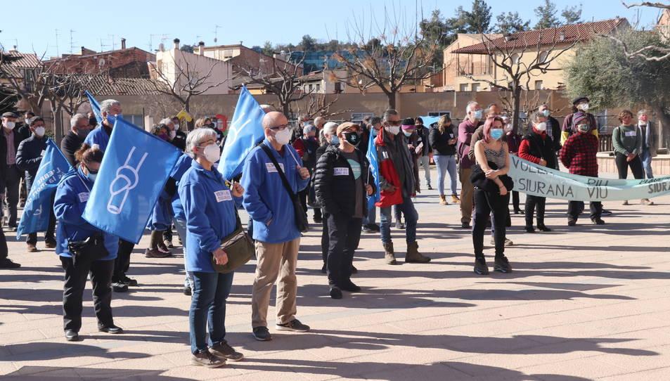 Concentració per donar suport als activistes de la Plataforma Riu Siurana, a la plaça del Teatre l'Artesana de Falset.