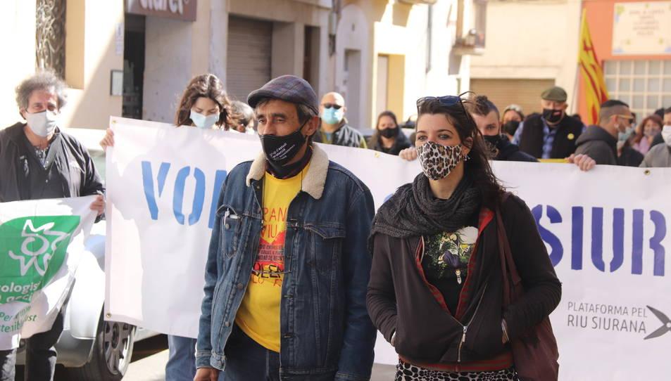 Dos activistes de la Plataforma Riu Siurana encausats, Andreu Escolà i Anaïs Estrems, abans d'arribar als jutjats de Falset.
