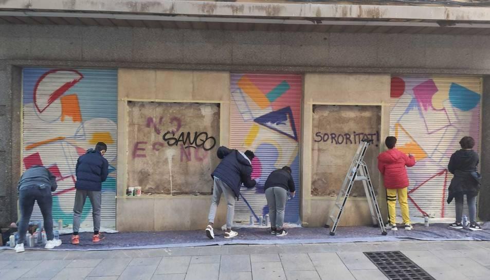 Moment de la pintada del mural.