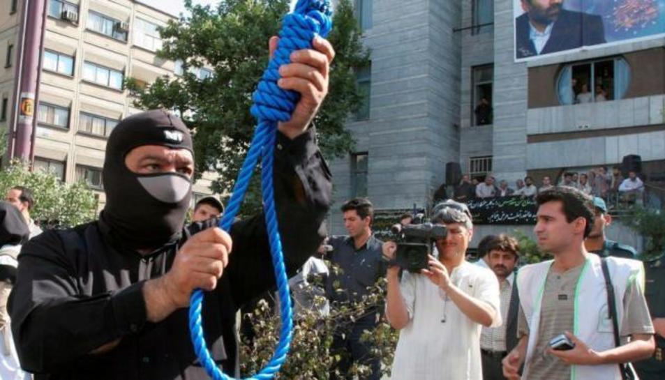 Un policia iranià preparant una execució pública en una imatge d'arxiu.