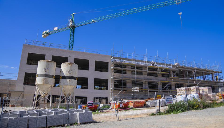 Imatge de l'estat de la construcció del nou centre educatiu de la Generalitat al barri de Llevant.