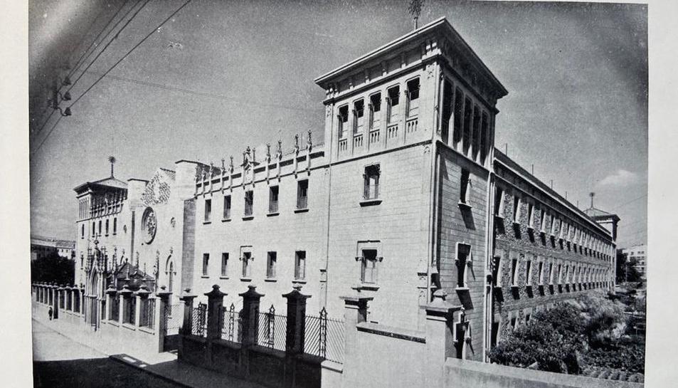 Imatge antiga de l'edifici on viuen les germanes des de 1933.