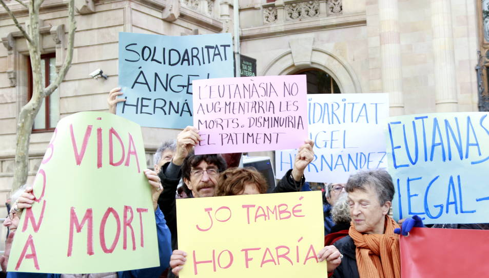 Persones concentrades per demanar que es legalitzi l'eutanàsia davant el Palau de Justícia.