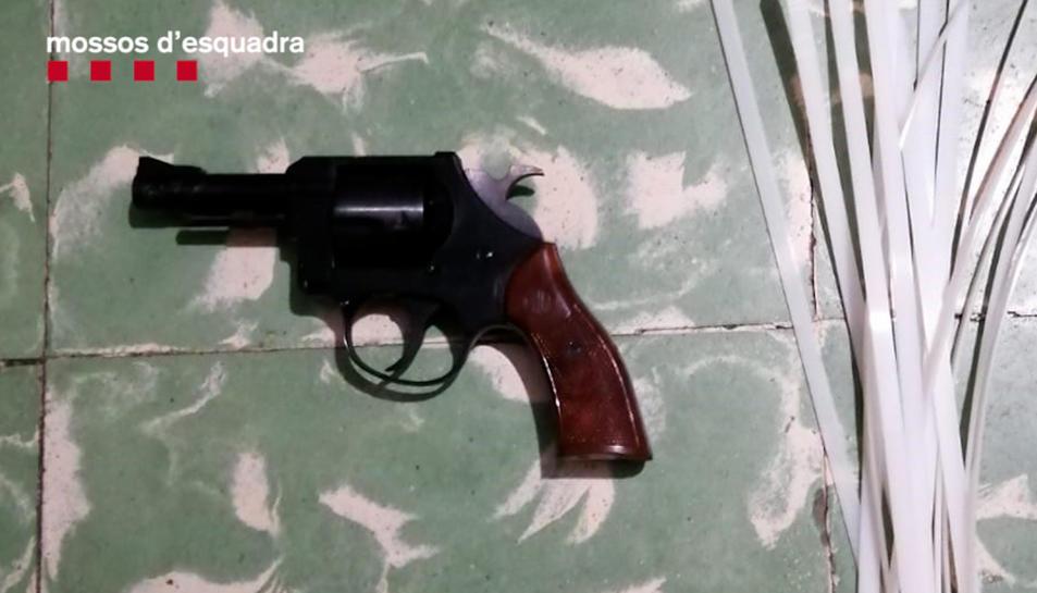 Pla detall d'una pistola emprada pels detinguts.