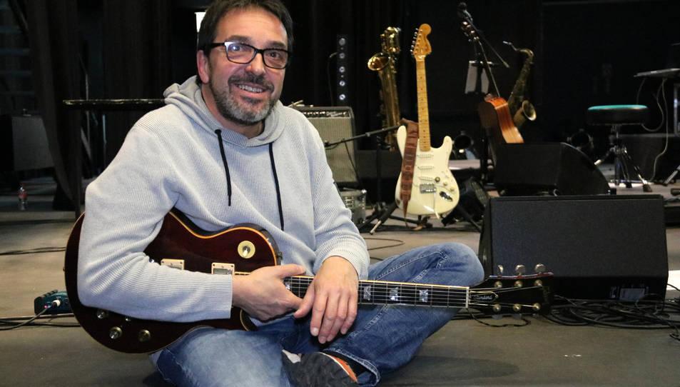 Pemi Rovirosa mirant a càmera, guitarra en mà, des de l'escenari del Teatre Àngel Guimerà del Vendrell.