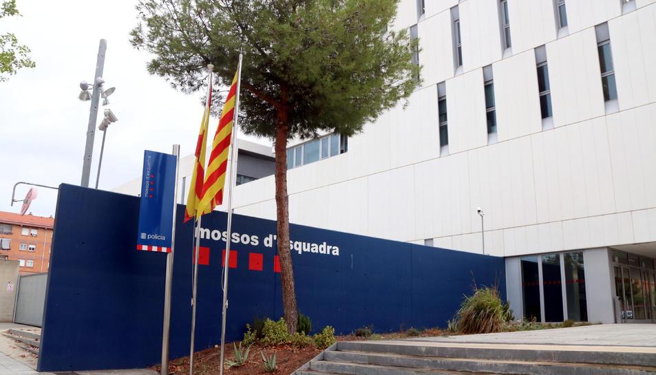 Pla obert de l'exterior de la comissaria dels Mossos d'Esquadra a Campclar.