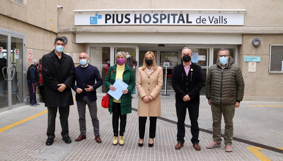 L'alcaldessa de Valls, Dolors Farré; i la consellera de Salut, Alba Vergés; al centre de la imatge; en l'arribada al Pius Hospital de Valls.
