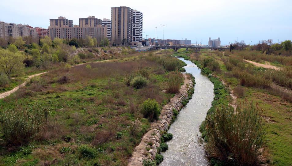 Un tram del riu Francolí al seu pas per la ciutat de Tarragona amb un mur empedrat i molt poca vegetació de ribera.