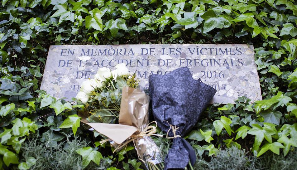 La placa amb l'ofrena de record a les víctimes de l'accident de Freginals-ç.