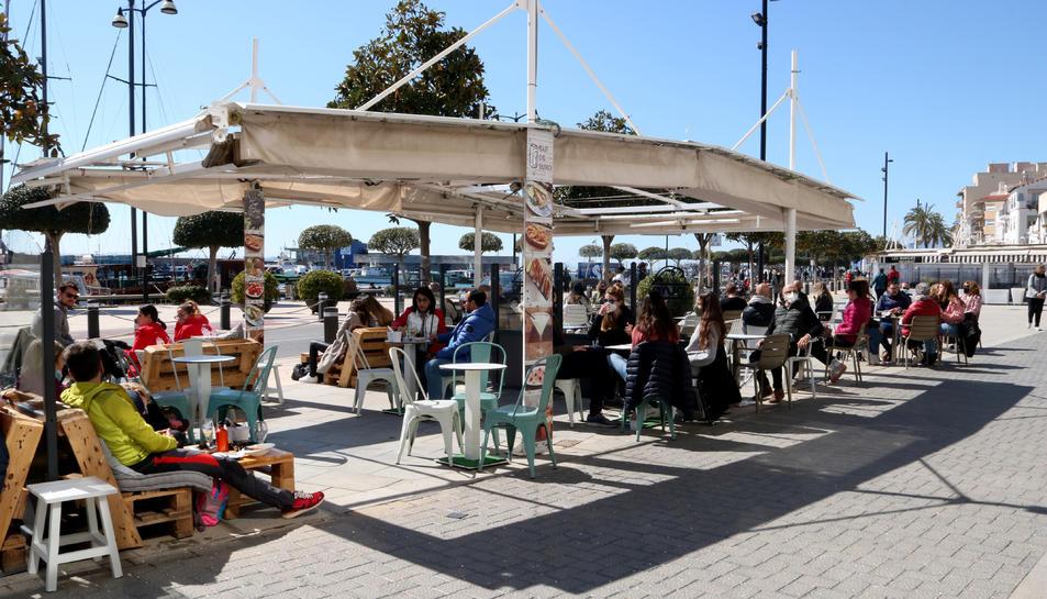 Persones assegudes a les terrasses dels bars del passeig marítim de Cambrils en el primer cap de setmana sense confinament comarcal.