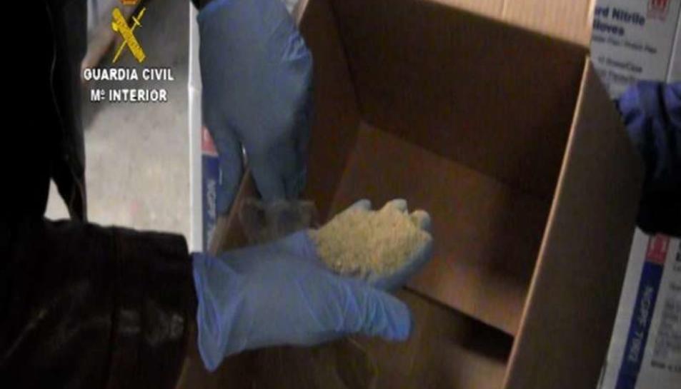 Un dels agents mostrant el contingut dels palets.