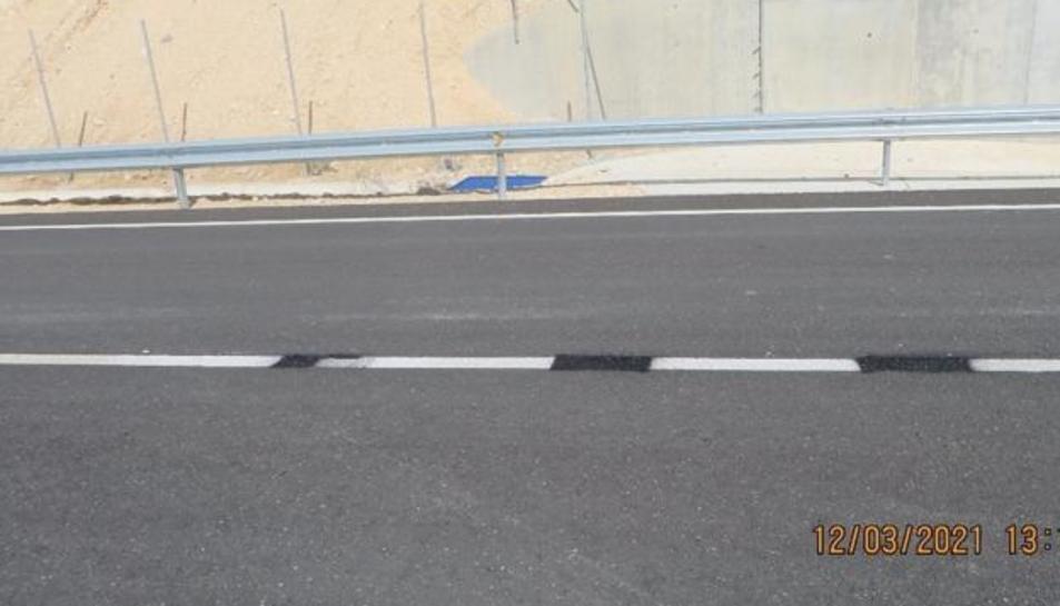 Estat de la carretera després d'enxampar l'home pintant les línies.
