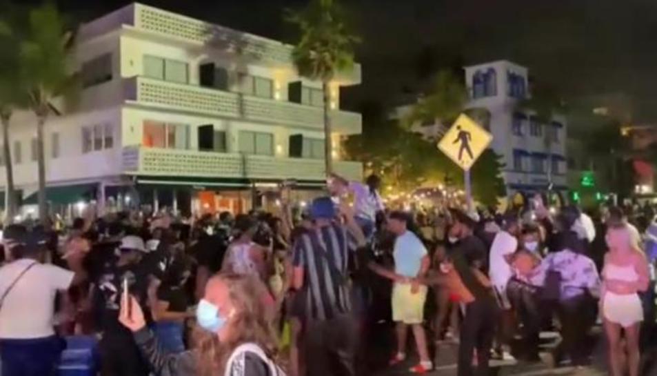 Grups de persones de festa en Miami.