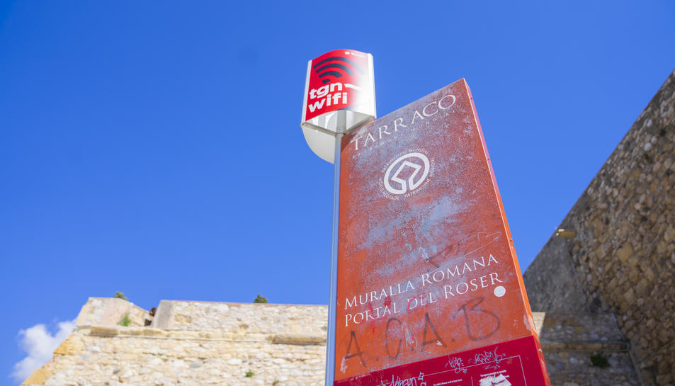 El panell informatiu a l'entrada del Passeig Arqueològic a Tarragona, erosionat i fet malbé.