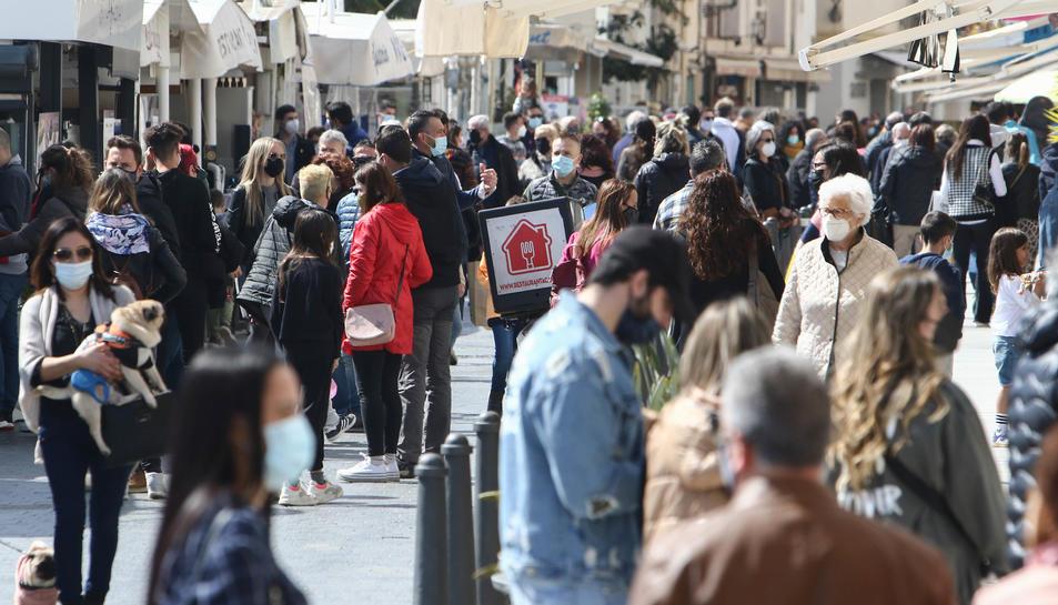 La zona del Port de Cambrils registrava ahir una gran afluència de gent passejant i consumint.