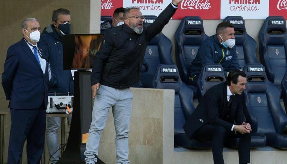 Álvaro Cervera, entrenador del Cádiz, donant indicacions als seus jugadors en el duel contra el Villarreal.