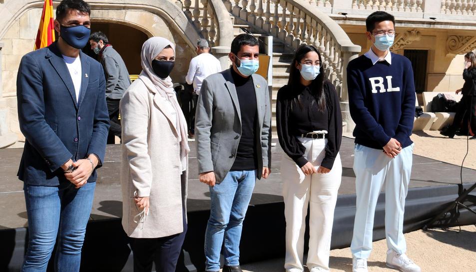 El conseller de Treball i Afers Socials, Chakir el Homrani, amb diversos activistes contra el racisme,