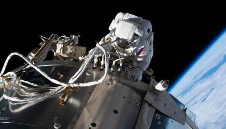 Un astronauta a l'Estació Espacial Internacional