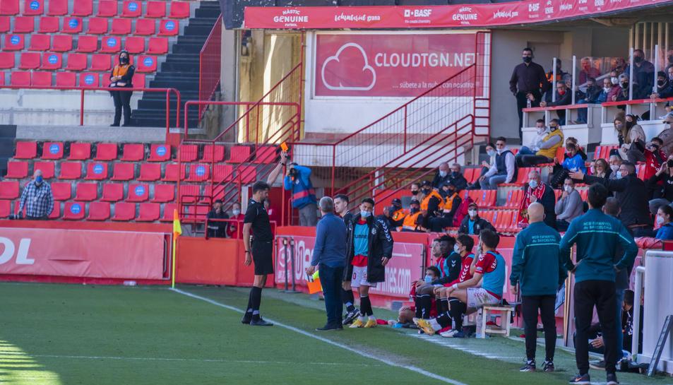 L'àrbitre mostra la cartolina vermella a Brugui a les acaballes del Nàstic-Espanyol B.