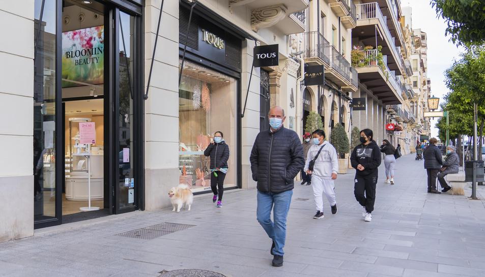 Vianants passejant per la Rambla Nova de Tarragona durant la tarda d'ahir.