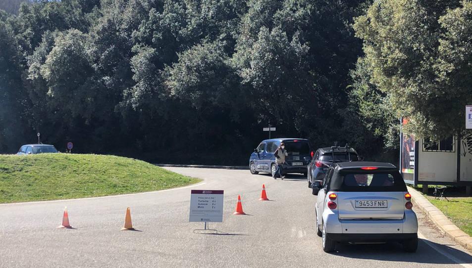 Cua de vehicles esperant per poder aparcar a la Fageda d'en Jordà el primer cap de setmana sense confinament comarcal.