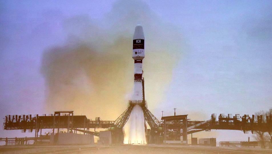El llançament del coet que transporta el primer nanosatèl·lit del Govern vist des d'una pantalla del CosmoCaixa.
