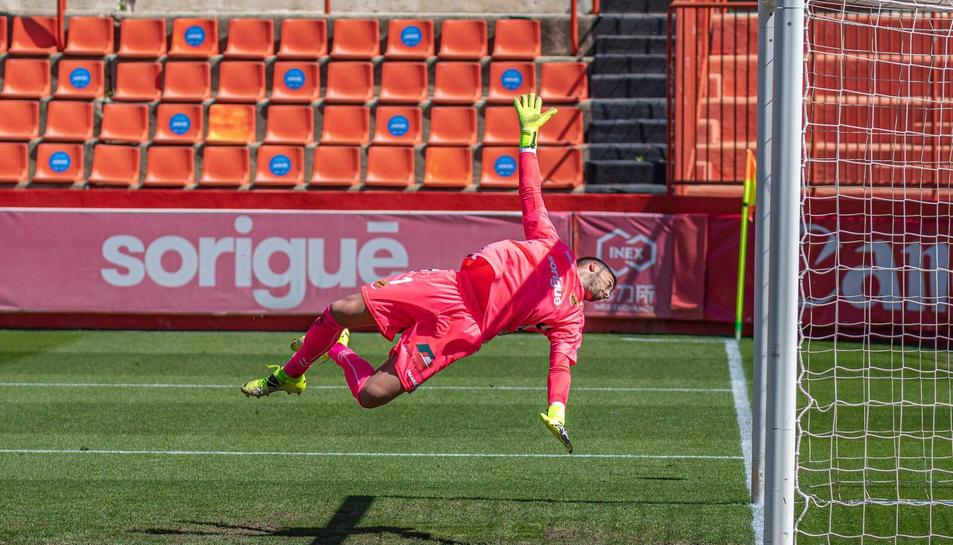 José Aurelio Suárez vola en el seu intent d'atrapar una pilota al Nou Estadi.