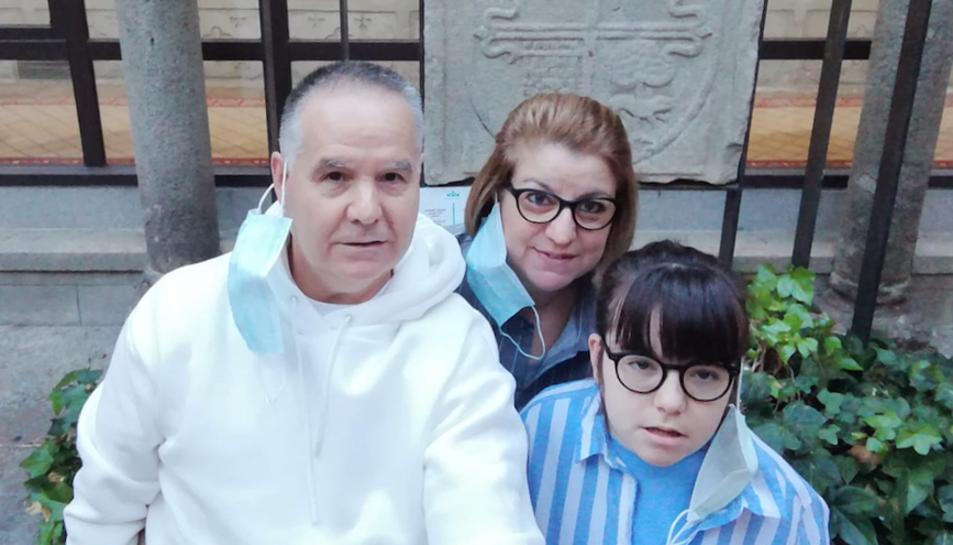 La Marta, de 13 anys, en una imatge amb els seus pares.