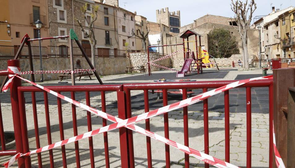 Un parc infantil precintat a Montblanc pels alarmants indicadors de coronavirus.