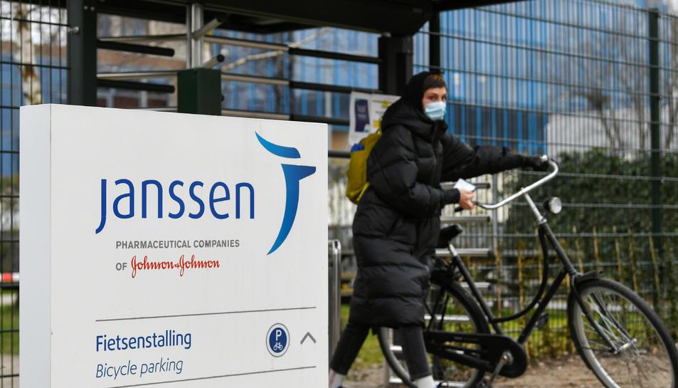 Una dona amb la seva bicicleta a la filial de Johnson&Johnson