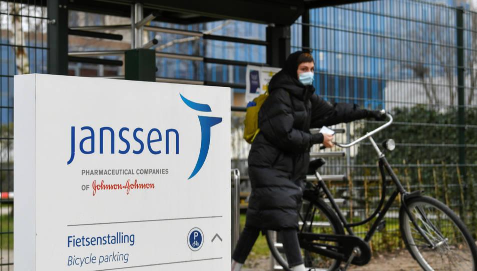 Una dona amb la seva bicicleta a la filial de Johnson&Johnson, Janssen, a Leiden.