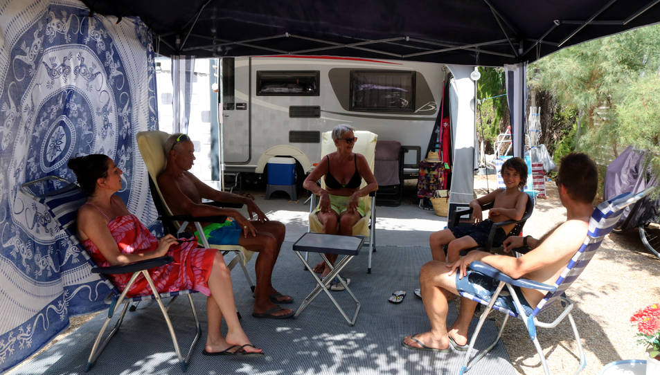 Una família holandesa conversant asseguts a la seva parcel·la al càmping Clarà de Torredembarra el passat estiu.