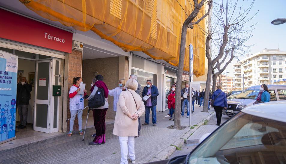 Cues de centenars de persones a l'avinguda de Catalunya de Tarragona per acudir a un centre de vacunació.
