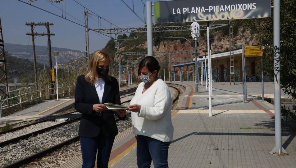 L'alcaldessa de Valls, Dolors Farré, i la regidora d'Urbanisme, Sònia Roca, a l'estació de tren de Picamoixons.