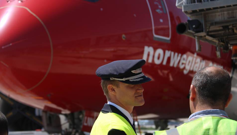 Sos membres de la tripulació parlant davant del primer avió de Norwegian que farà la ruta entre Barcelona i Chicago