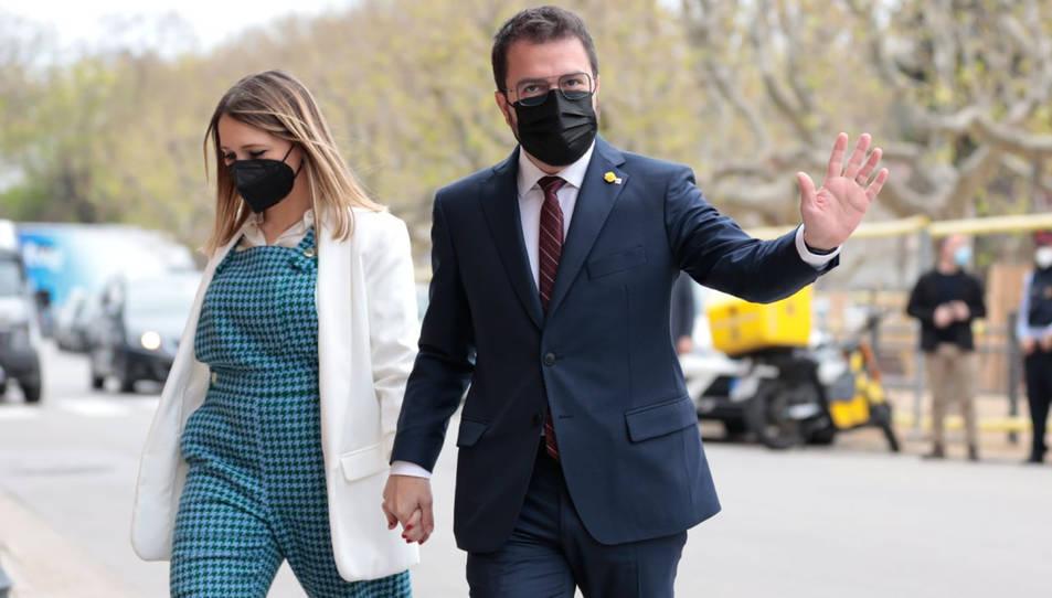 El candidat a la investidura, Pere Aragonès, entrant al Parlament amb la seva dona.