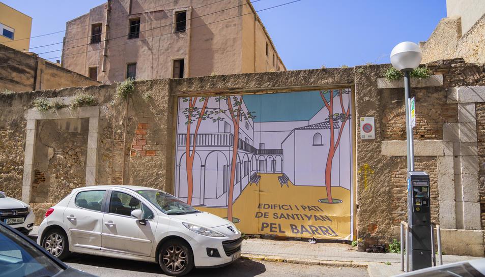 Imatge del mural col·locat pels veïns en una porta d'entrada a l'edifici del carrer Santiyán.