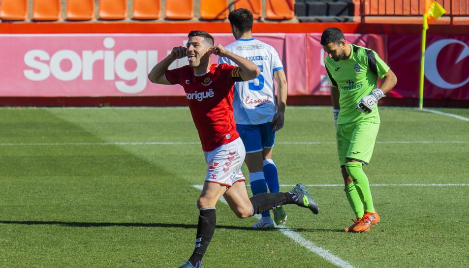 Javi Bonilla celebrant una diana anotada al Nou Estadi aquesta temporada contra el Prat.