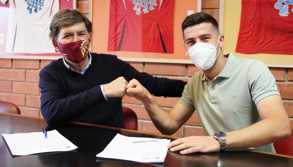 Josep Maria Andreu i Javi Bonilla firmant el contracte.