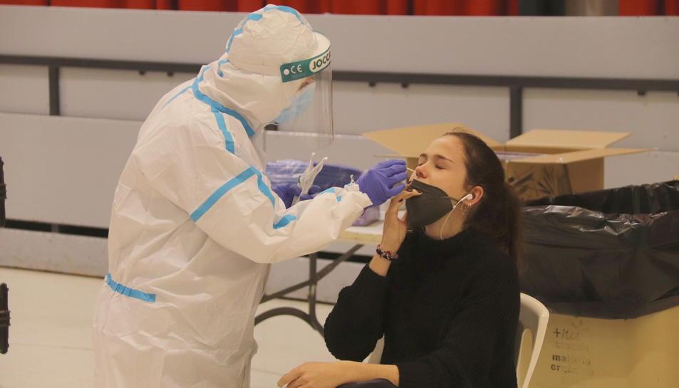Una dona fent-se una prova PCR en el cribratge massiu de Montblanc.