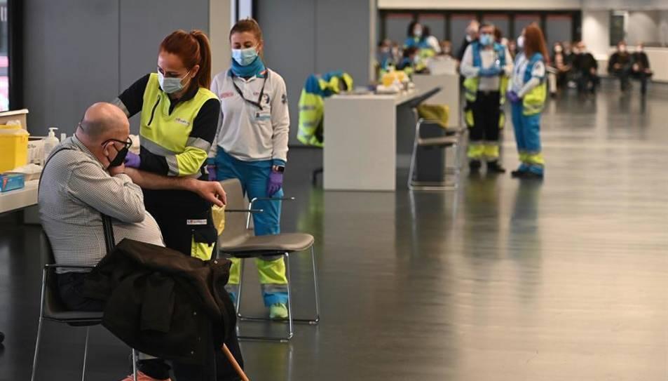 Una sanitària vacuna un home a l'estadi Wanda Metropolitano a Madrid.
