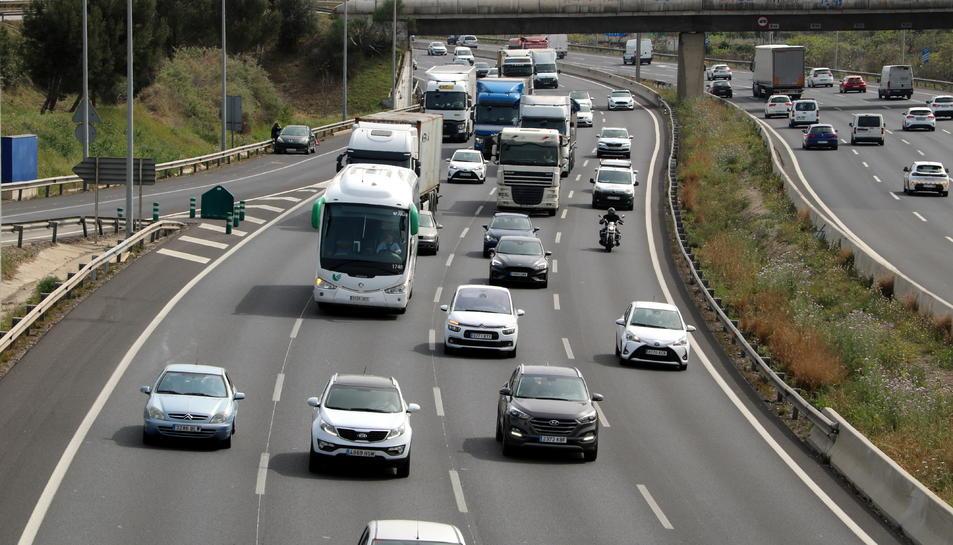 Vehicles sortint de BArcelona a l'N-II, al seu pas per Sant Joan Despí.