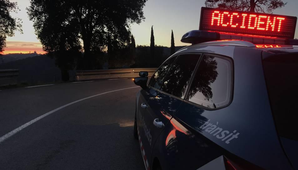 Una patrulla de Mossos alertant d'un accident.
