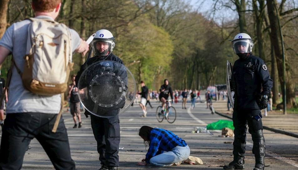 La policia dispersa milers de joves que assisteixen a un festival 'fake' a Brussel·les