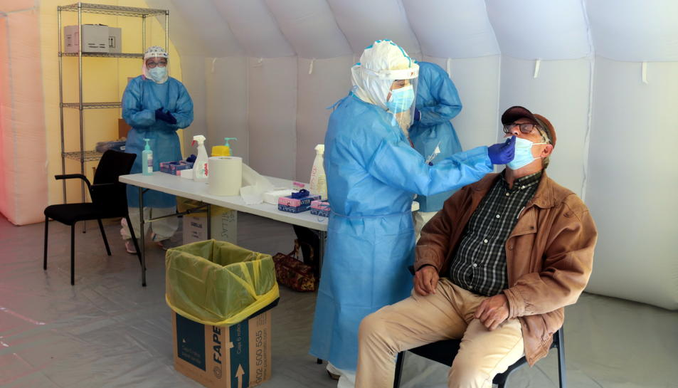 Una de les persones que ha acudit a fer-se la PCR en el cribratge massiu a la Zona Alta de Lleida.